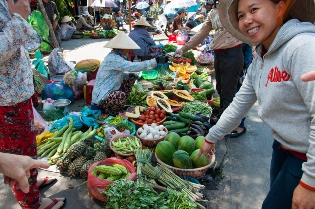 A travel guide of do's and don'ts for traveling in Hoi An Vietnam .